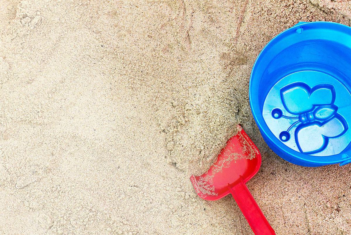 Czysta piaskownica na placu zabaw © juliaphoto - Fotolia.com