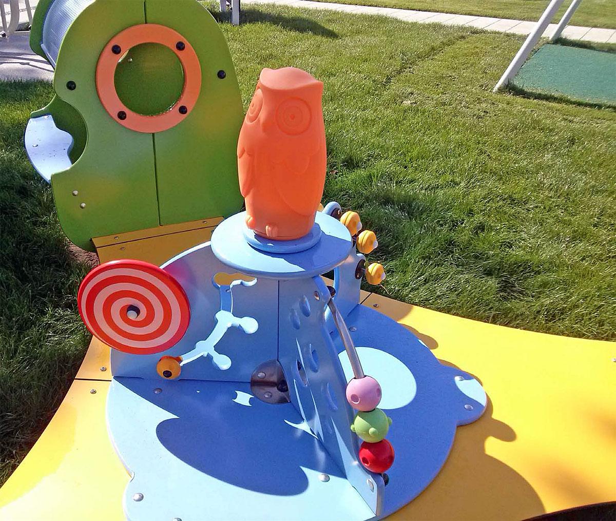Plac zabaw dla dzieci - nawierzchnia trawiasta. Fot: Educarium