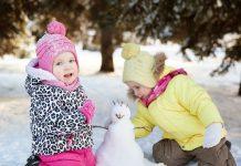Zimowe zabawy dzieci w przedszkolu lub klubie malucha