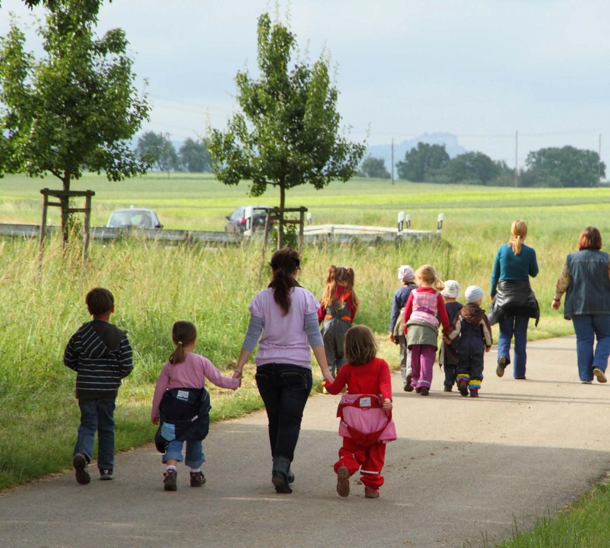 Przedszkolaki idąna wycieczkę