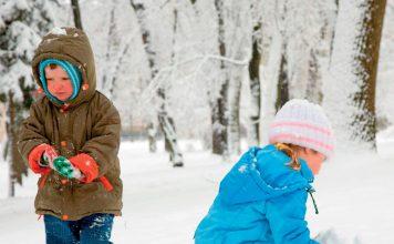 Zimowe spacery z dziećmi. Fot. 123RF.com