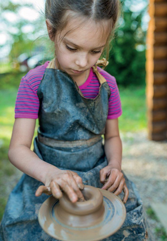 fot. Fotolia.com Zajęcia plastyczne w przedszkolu - ceramika